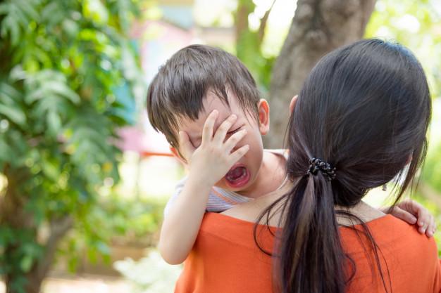 menino-asiatico-chorando-enquanto-a-mae-segurando-ele-para-ir-a-escola_34054-535